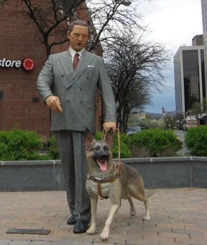 Поводырю Бадди как участнику программы Seeing Eye установлен памятник (слева — фигура Фрэнка)